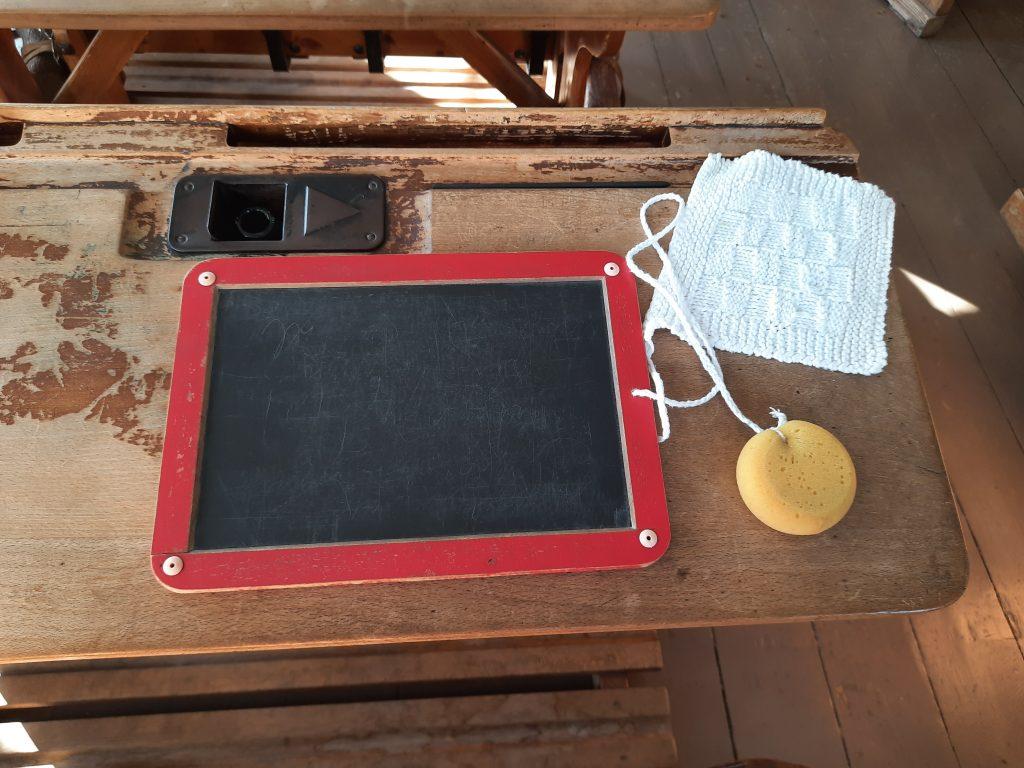 Bild von einer Schreibtafel auf einem Schuelerpult