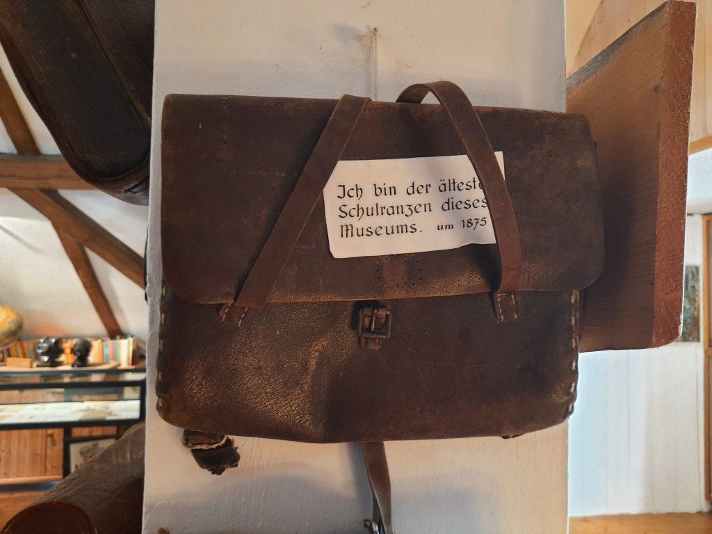 Bild vom aeltesten Schulranzen im Dorfschulmuseum