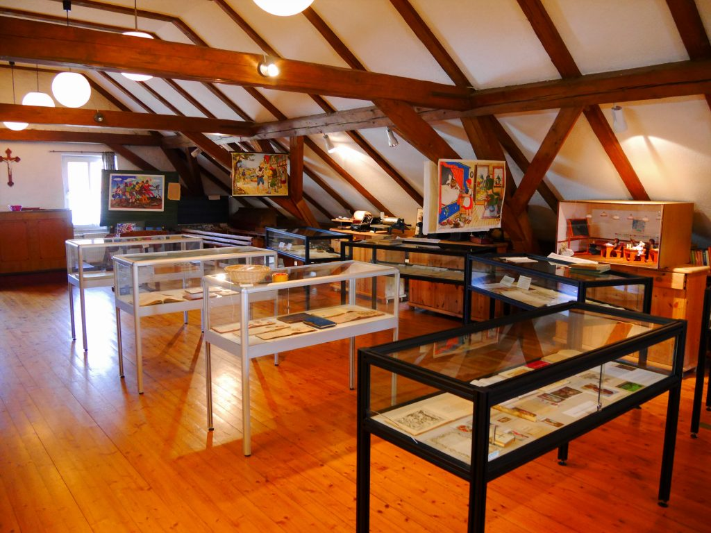 Bild von den Glasvitrinen in denen Buecher ausgelegt sind