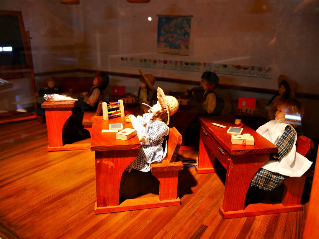 Bild von einem Puppenhaus das ein Klassenzimmer darstellt