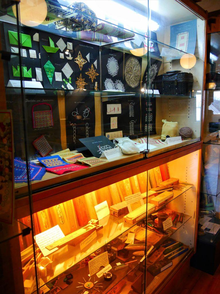 Bild von Handarbeiten in einer Glasvitrine